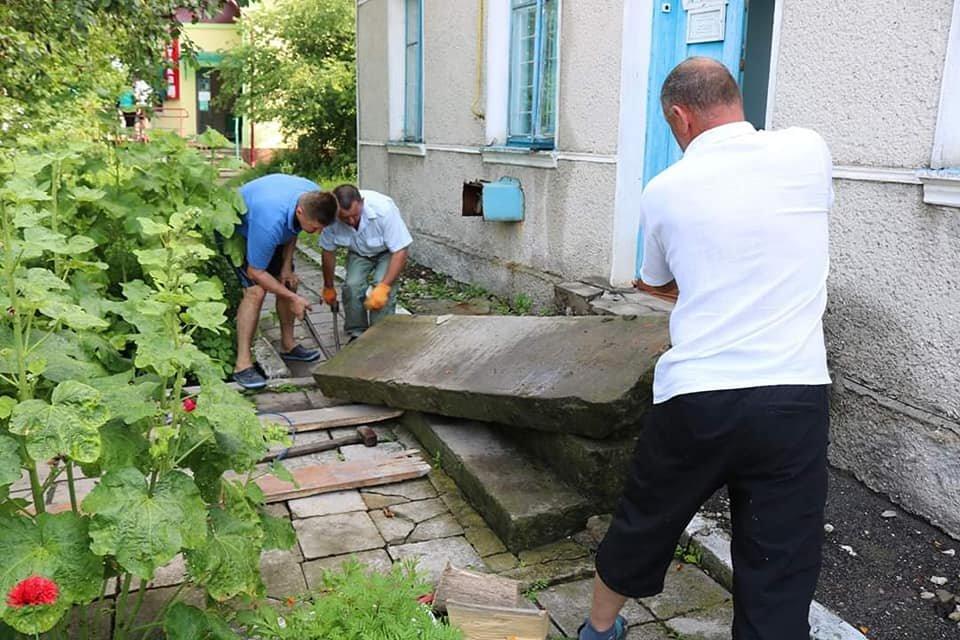 """""""Це жах"""": на Тернопільщині з єврейських надгробків зробили сходи до двірного туалету (ФОТО), фото-4"""