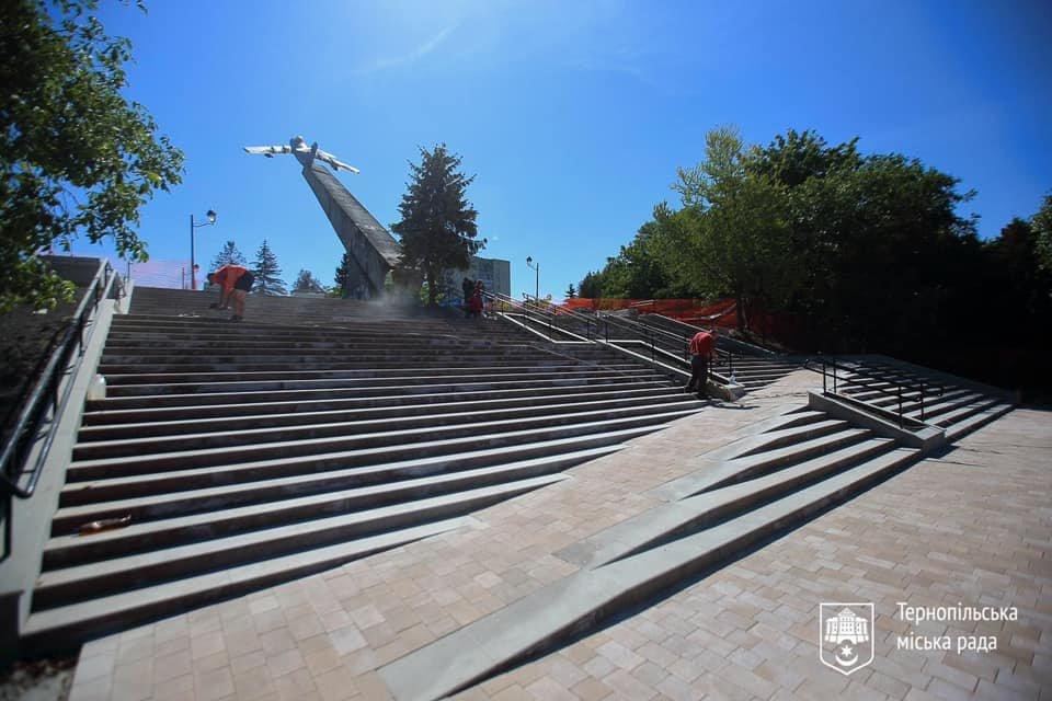 """Біля літака на """"Східному"""" в Тернополі відремонтували сходи (ФОТО), фото-1"""
