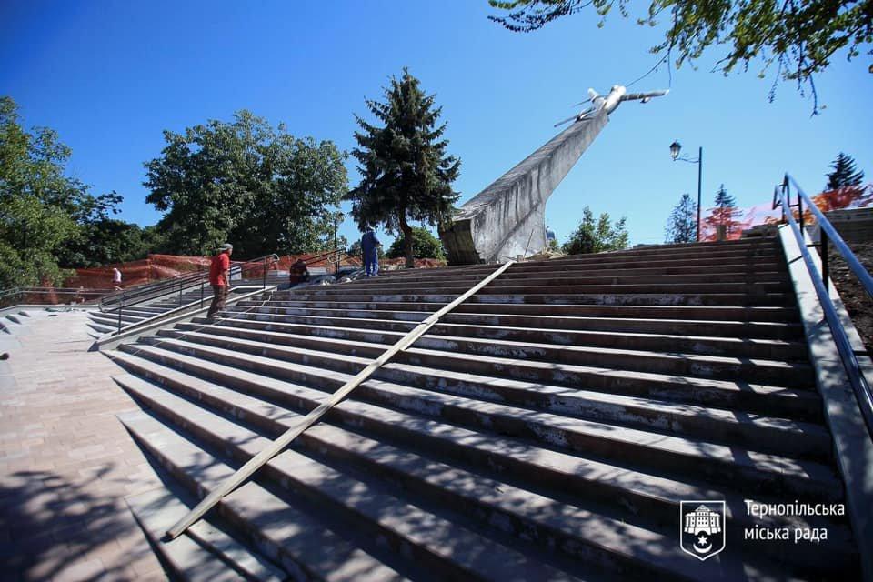 """Біля літака на """"Східному"""" в Тернополі відремонтували сходи (ФОТО), фото-2"""