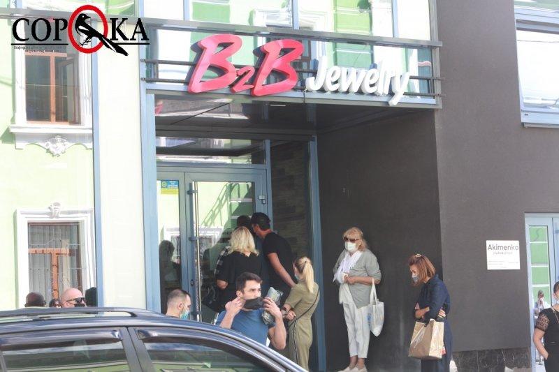 """""""Прийшли дуже сумні"""": у Тернополі  десятки людей зібралися під офісом """"B2B jewelry"""" (ФОТОФАКТ), фото-2"""