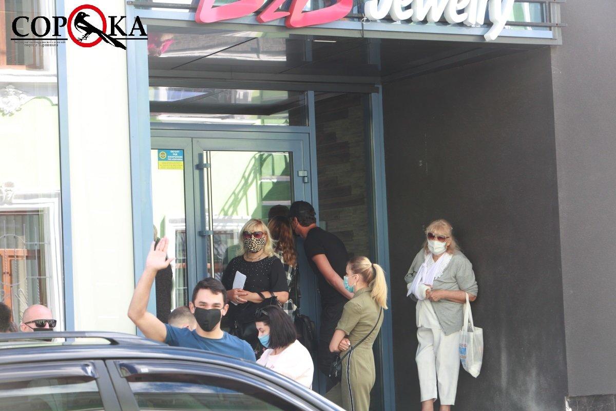 """""""Прийшли дуже сумні"""": у Тернополі  десятки людей зібралися під офісом """"B2B jewelry"""" (ФОТОФАКТ), фото-1"""