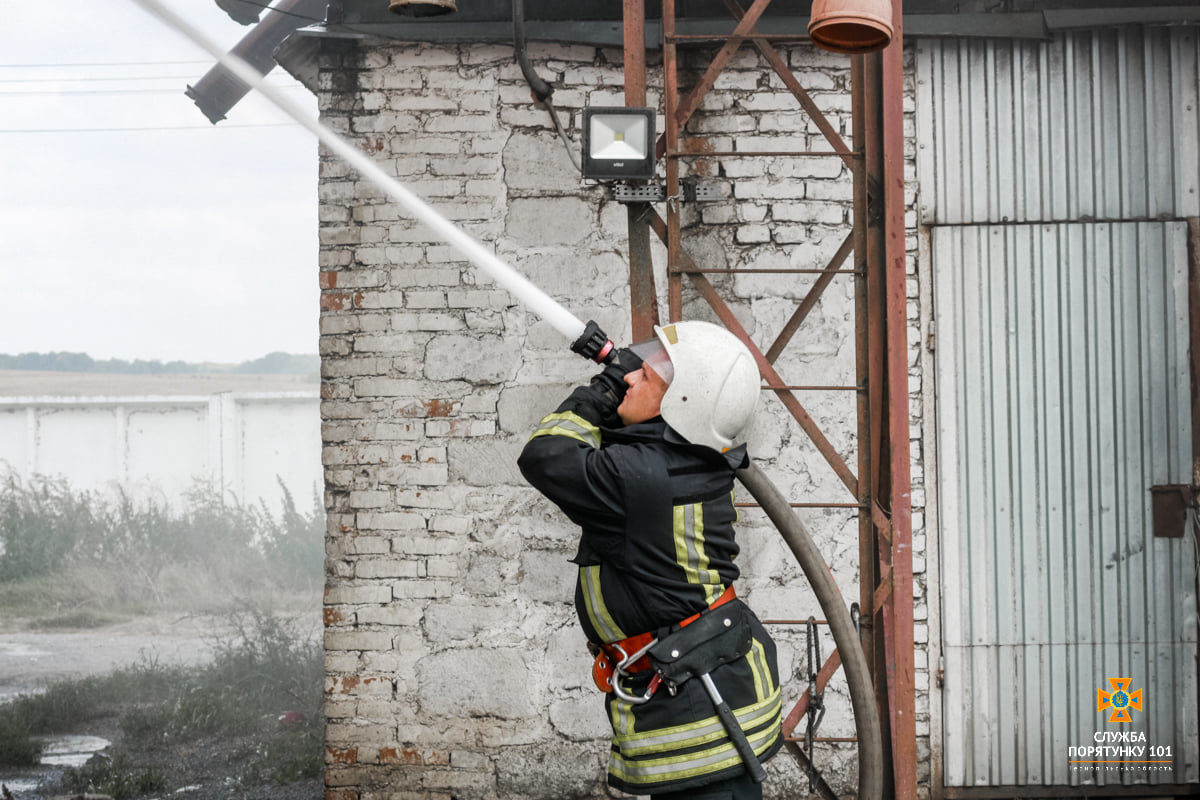 Масштабна пожежа поблизу Тернополя: вогнеборці гасили її понад 4 години (ФОТО), фото-10