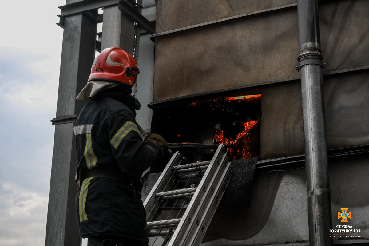 Масштабна пожежа поблизу Тернополя: вогнеборці гасили її понад 4 години (ФОТО), фото-2