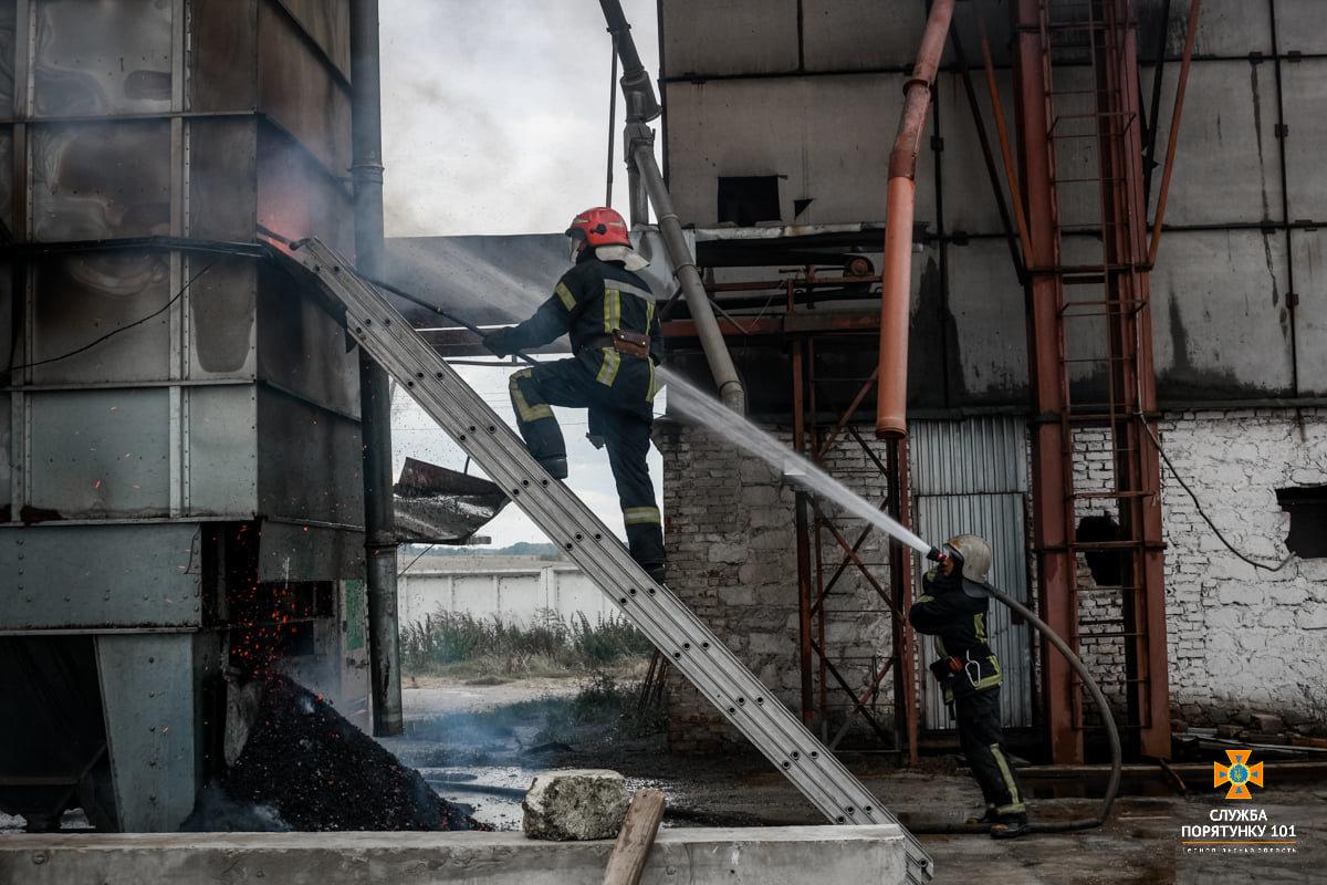 Масштабна пожежа поблизу Тернополя: вогнеборці гасили її понад 4 години (ФОТО), фото-4