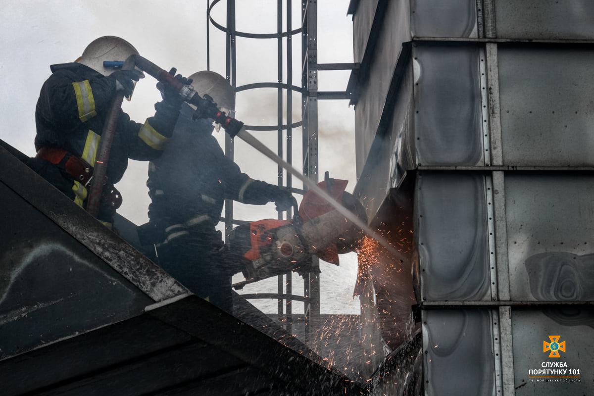 Масштабна пожежа поблизу Тернополя: вогнеборці гасили її понад 4 години (ФОТО), фото-5