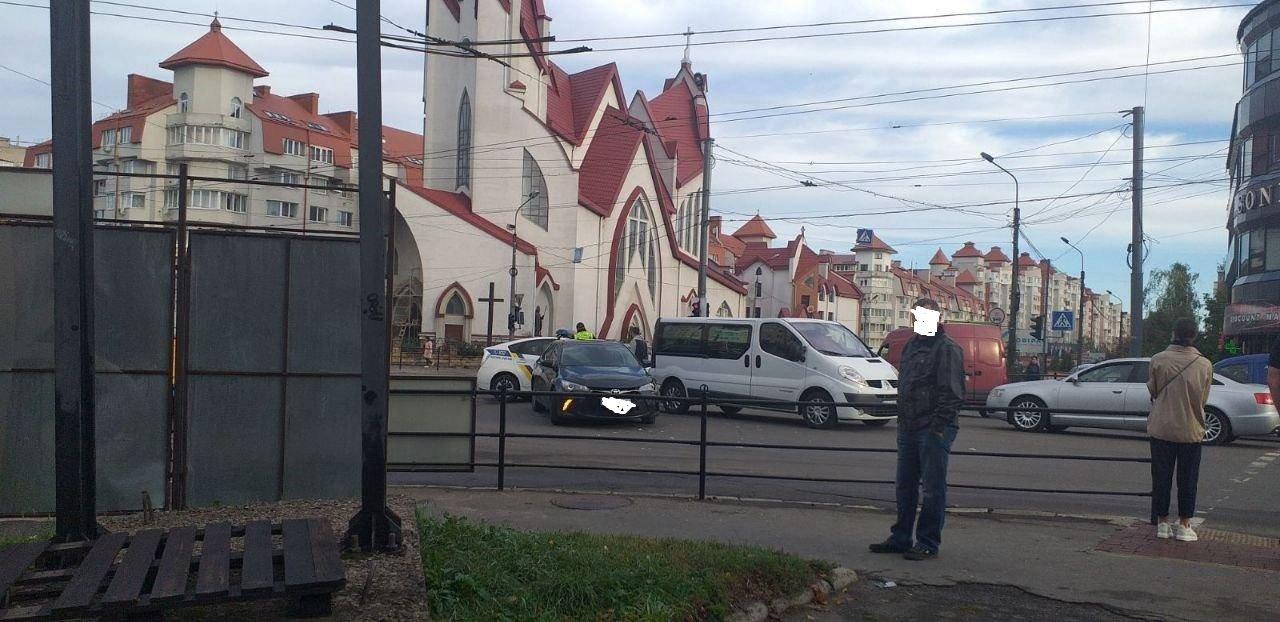 ДТП у Тернополі: прямо біля римо-католицького костелу зіткнулися два автомобілі (ФОТО), фото-2