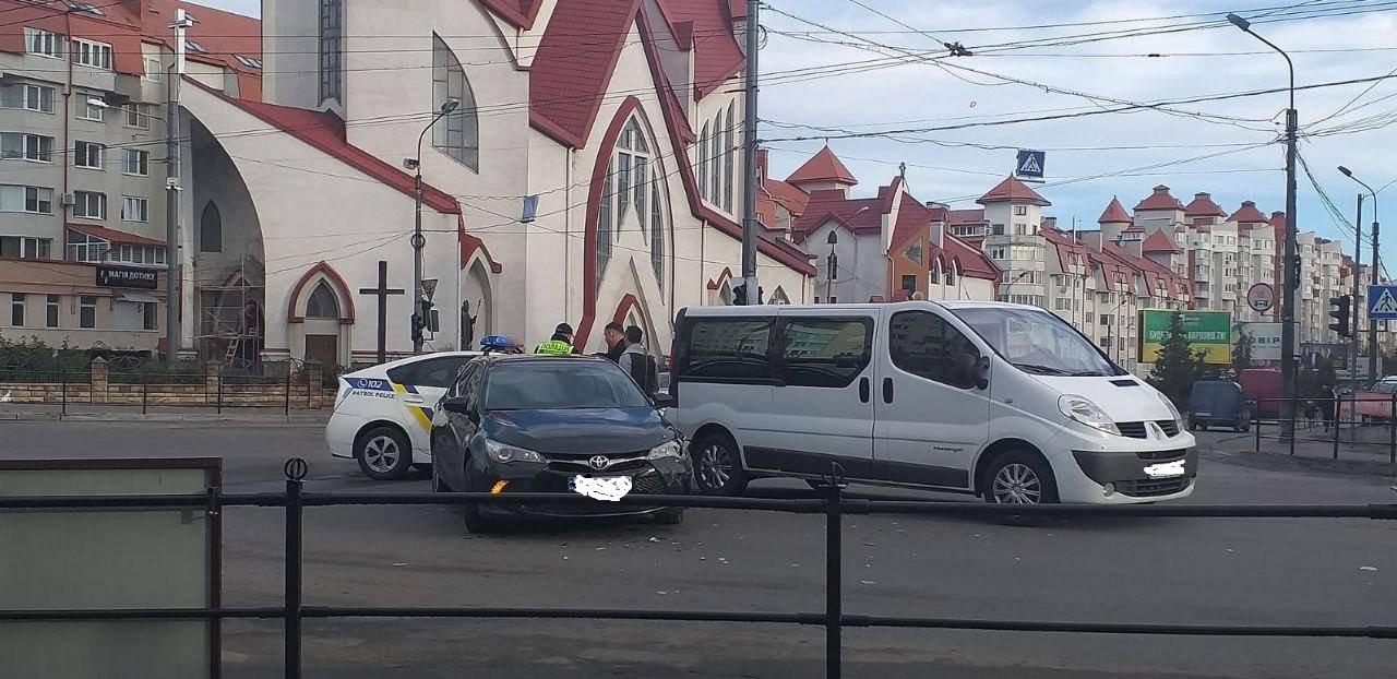 ДТП у Тернополі: прямо біля римо-католицького костелу зіткнулися два автомобілі (ФОТО), фото-1