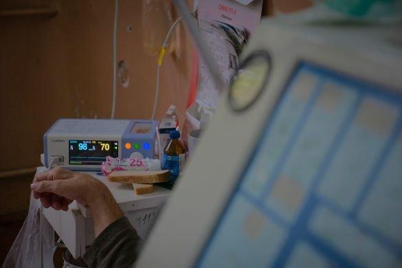 """""""Стогнав і задихався"""": жінки принесли хворого на коронавірус до реанімації у простирадлі (ВІДЕО, 18+), фото-5"""