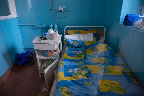 """""""Стогнав і задихався"""": жінки принесли хворого на коронавірус до реанімації у простирадлі (ВІДЕО, 18+), фото-3"""