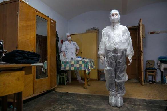 """""""Стогнав і задихався"""": жінки принесли хворого на коронавірус до реанімації у простирадлі (ВІДЕО, 18+), фото-1"""
