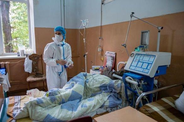 """""""Стогнав і задихався"""": жінки принесли хворого на коронавірус до реанімації у простирадлі (ВІДЕО, 18+), фото-2"""
