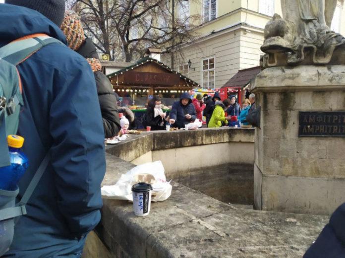 """Невже так краще?"": через локдаун люди їдять на фонтанах та лавках (ФОТО) , фото-2"