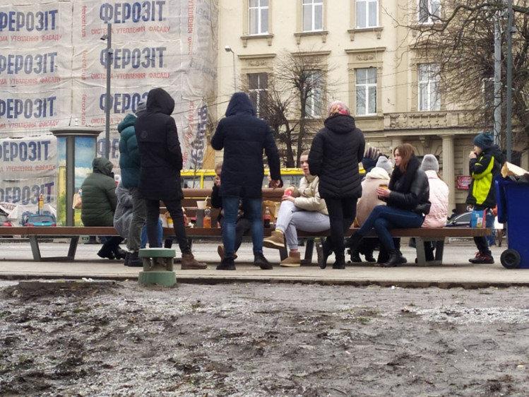 """Невже так краще?"": через локдаун люди їдять на фонтанах та лавках (ФОТО) , фото-3"