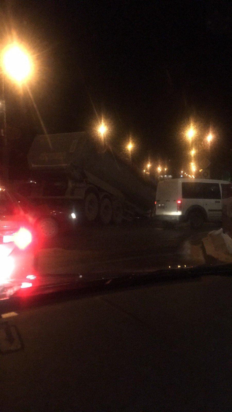 """ДТП у Тернополі: біля """"6-го магазину"""" вантажівці відірвало кузов, рух транспорту ускладнений (ФОТО), фото-2"""