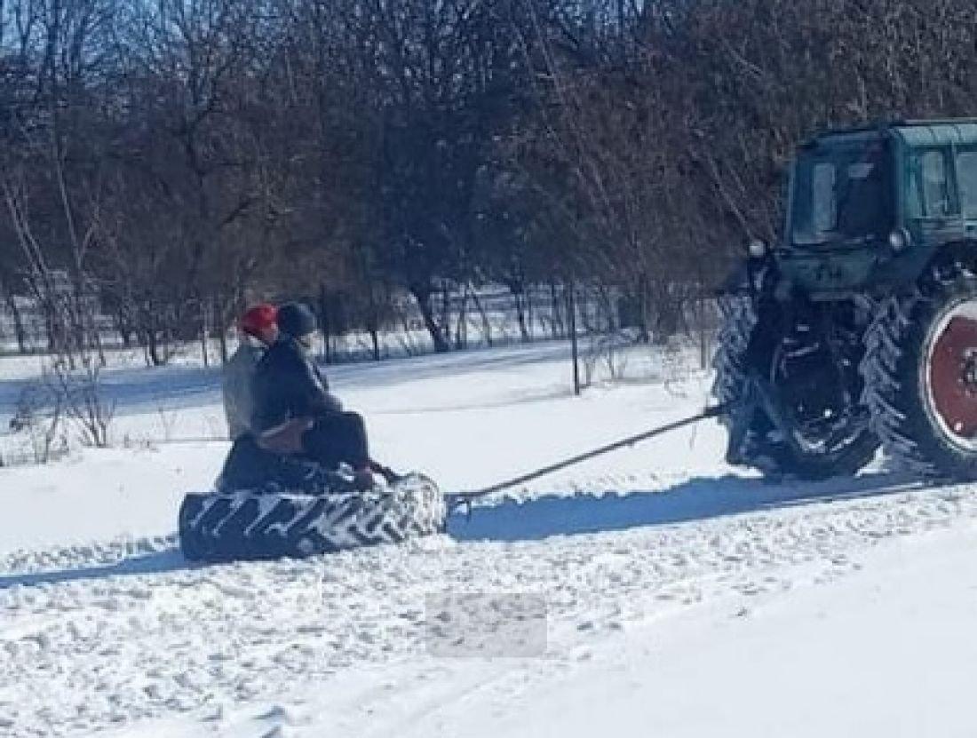 """""""Це не жарт"""": на Тернопільщині медики """"мчали"""" до пацієнтів на шинах від трактора через сніги (ФОТОФАКТ), фото-1"""