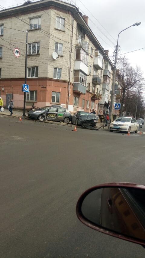 ДТП у Тернополі за участю автомобіля таксі: два легковики зазнали величезних ушкоджень (ФОТО), фото-1