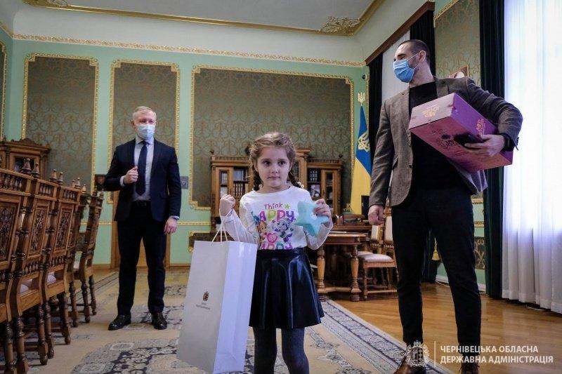 Дівчинка, яку в садочку демонстративно залишили без подарунка, отримала його від президента України (ФОТО), фото-1