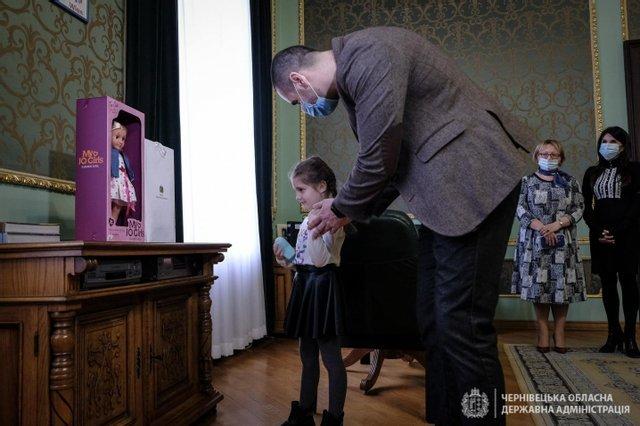 Дівчинка, яку в садочку демонстративно залишили без подарунка, отримала його від президента України (ФОТО), фото-2