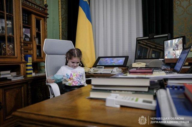 Дівчинка, яку в садочку демонстративно залишили без подарунка, отримала його від президента України (ФОТО), фото-3