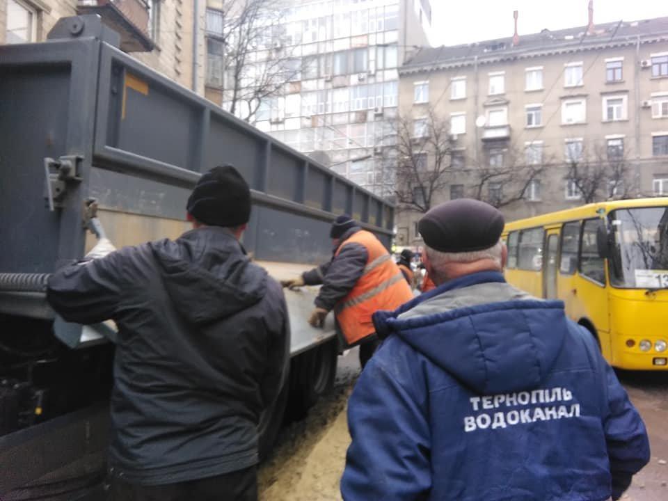 """На місці """"розкопок"""" у центрі Тернополя знов провалився асфальт (ФОТО), фото-1"""
