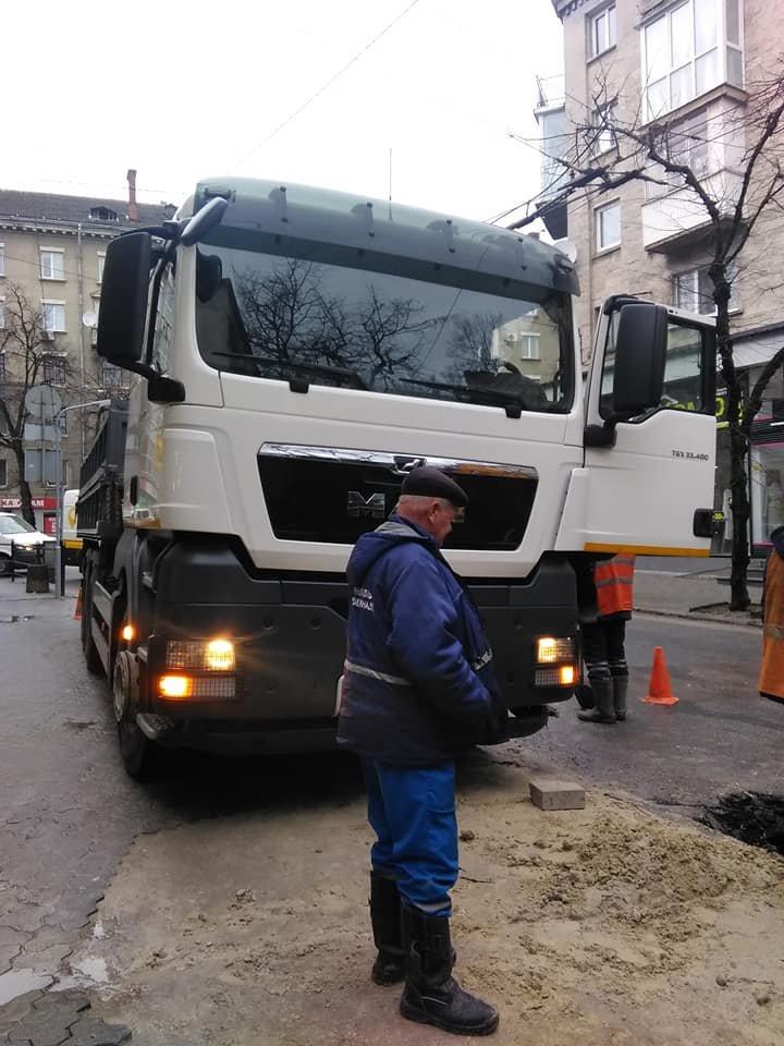 """На місці """"розкопок"""" у центрі Тернополя знов провалився асфальт (ФОТО), фото-2"""