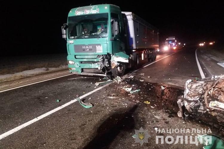 """Водій загинув на місці: на Тернопільщині зіткнулися """"Мерседес"""" і фура (ФОТО), фото-1"""