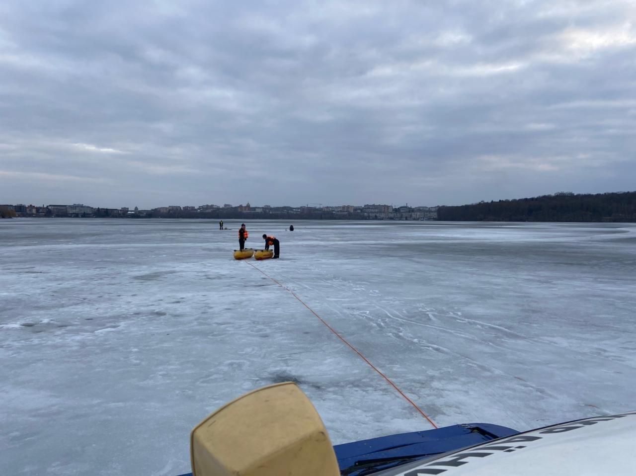 На Тернопільському озері під лід провалився чоловік: рятувальники терміново вирушили на порятунок (ФОТО), фото-3