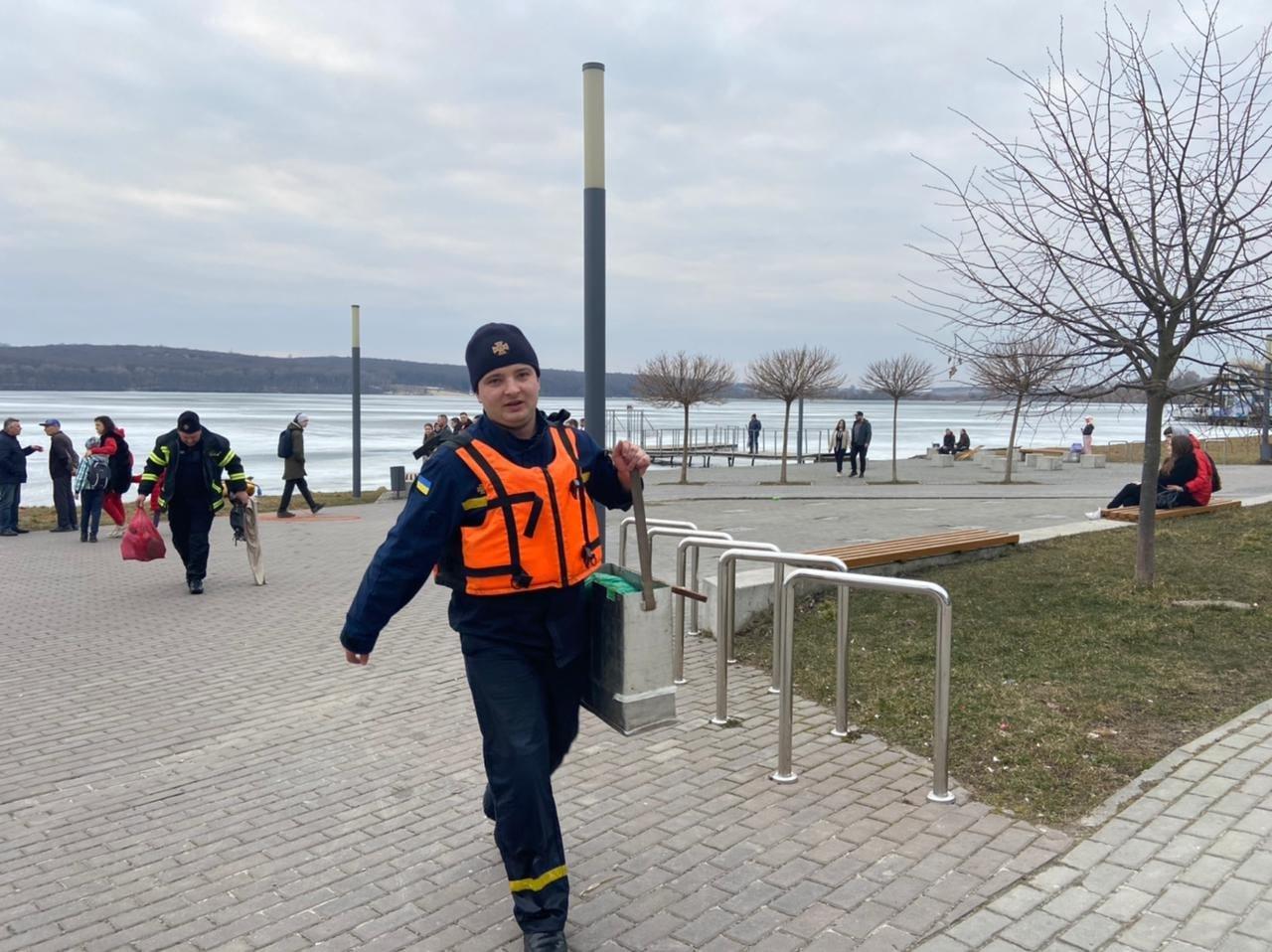 На Тернопільському озері під лід провалився чоловік: рятувальники терміново вирушили на порятунок (ФОТО), фото-2