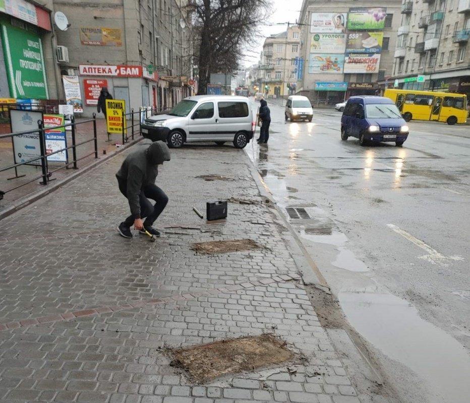У центрі Тернополя демонтували незаконні паркувальні бар'єри (ФОТО), фото-2