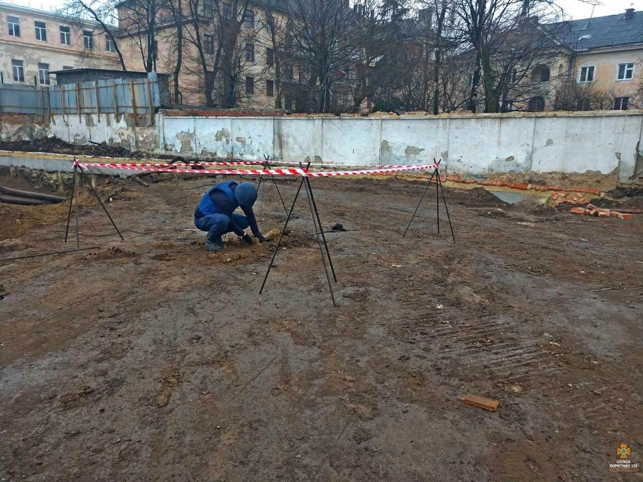 """Біля """"білого дому"""" в Тернополі викопали смертоносний """"скарб"""" (ФОТО), фото-1"""