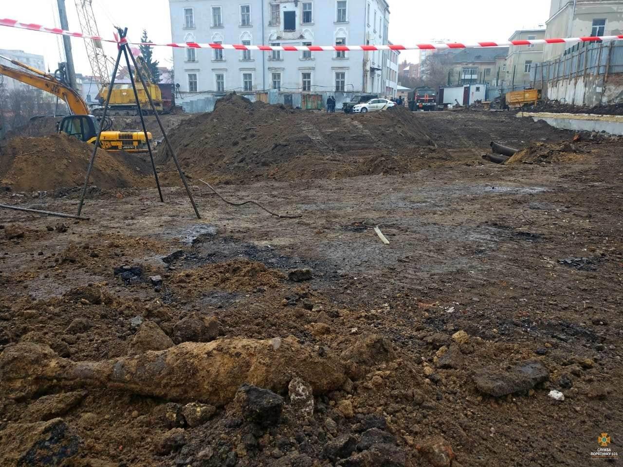 """Біля """"білого дому"""" в Тернополі викопали смертоносний """"скарб"""" (ФОТО), фото-3"""