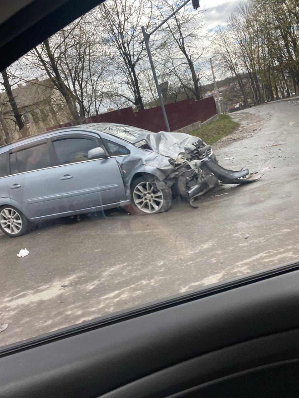 Два автомобілі розтрощено вщент: в Тернополі трапилася серйозна ДТП (ФОТО), фото-1