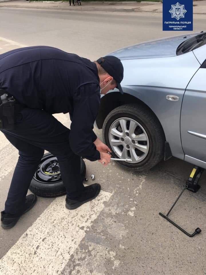 Патрульні допомогли тернополянину, який пробив колесо і не знав як його замінити, фото-1