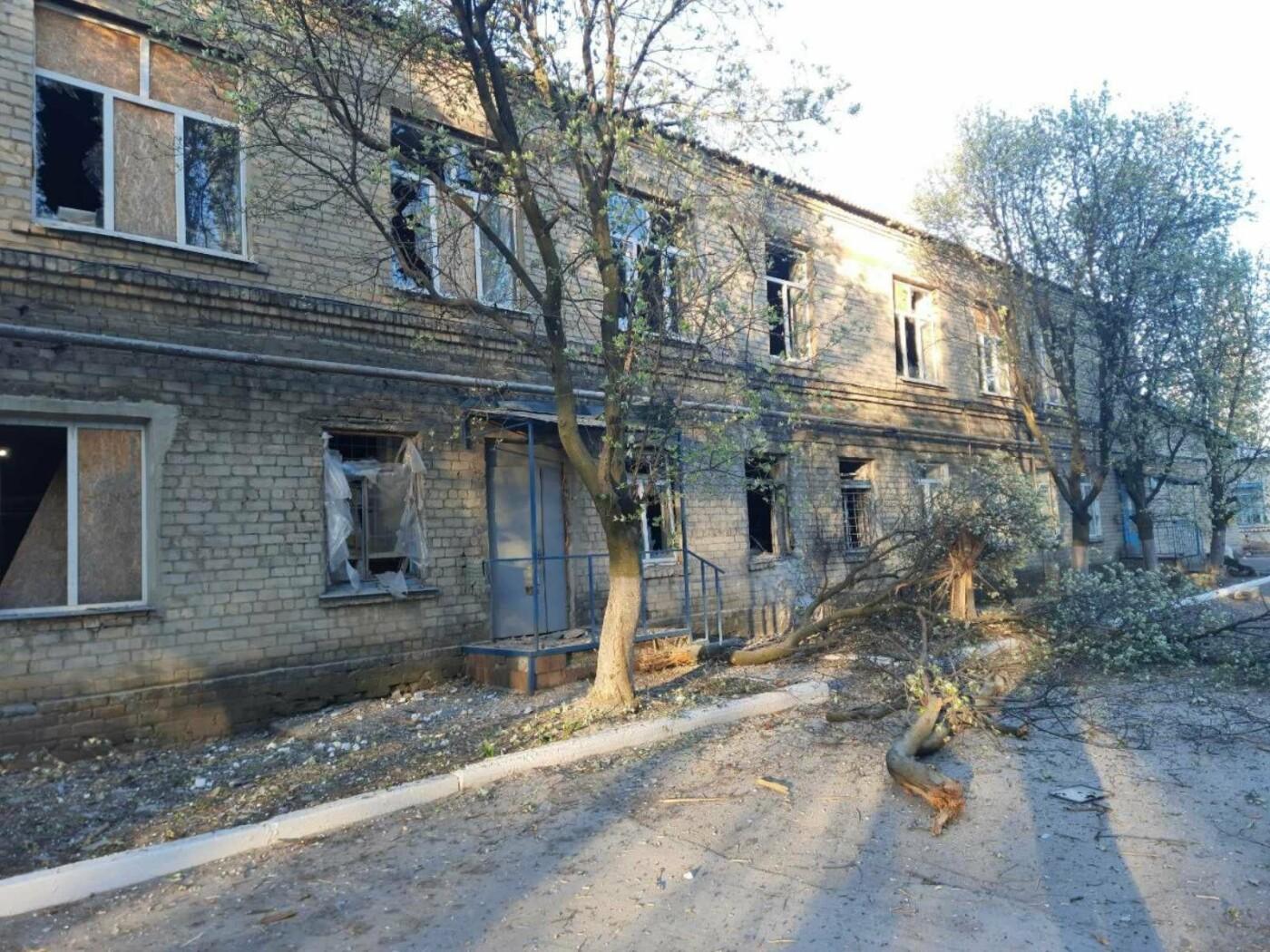 Окупанти обстріляли лікарню на Донеччині, у якій лікують хворих на COVID-19 (ФОТО), фото-2