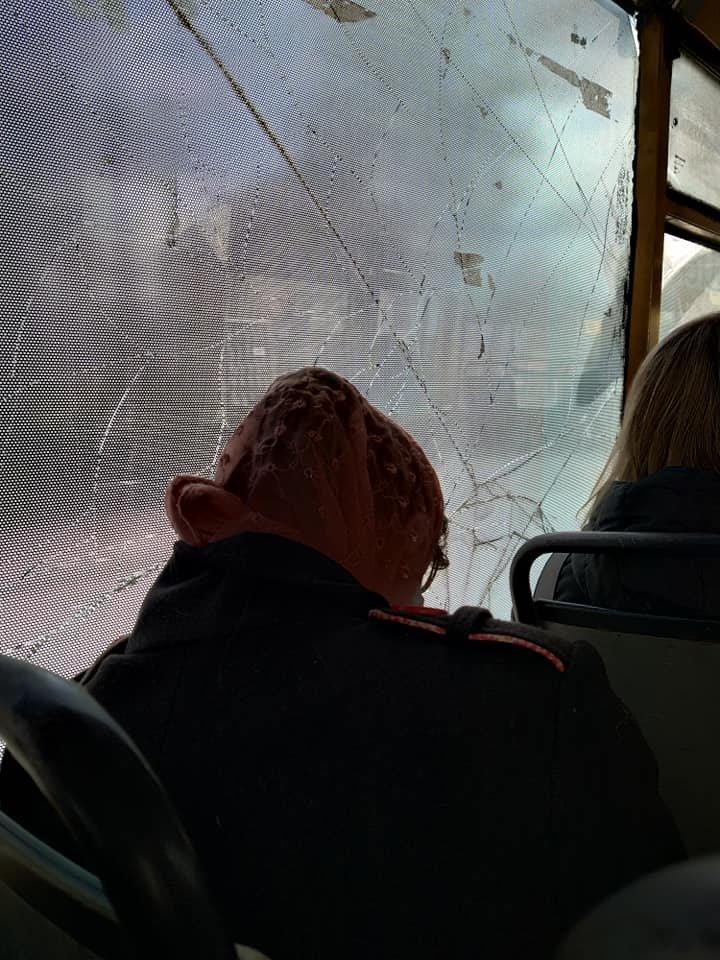 От-от впаде: Тернополем курсує маршрутка з розбитим вікном (ФОТО), фото-1