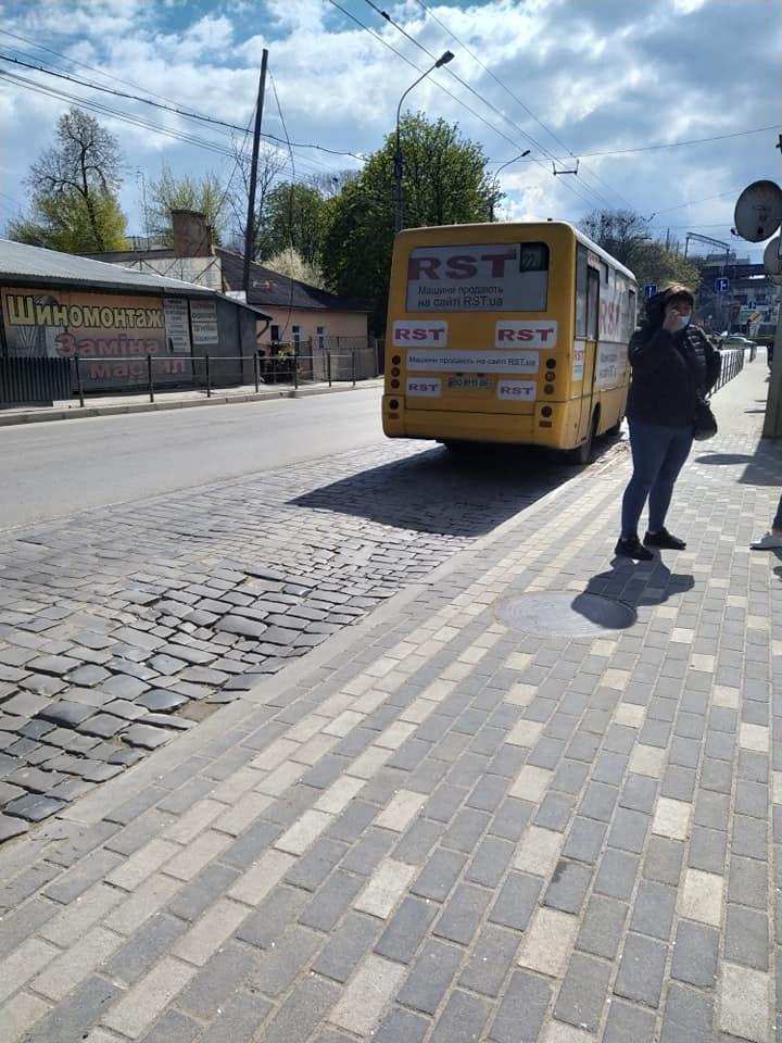 От-от впаде: Тернополем курсує маршрутка з розбитим вікном (ФОТО), фото-3