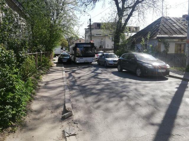 """""""І чому в нас затори?"""": у Тернополі через нахабних водіїв не міг проїхати навіть автобус (ФОТОФАКТ), фото-1"""