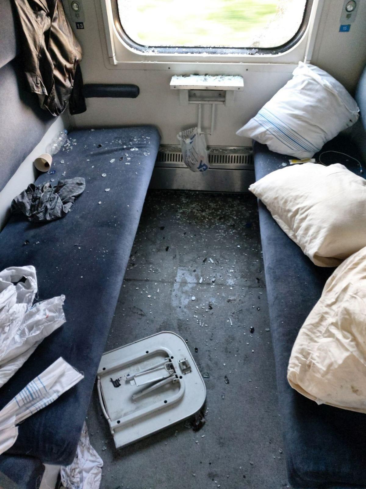 Халк їздив на мінеральні води: неадекватний пасажир розтрощив купе у потязі (ФОТО), фото-1