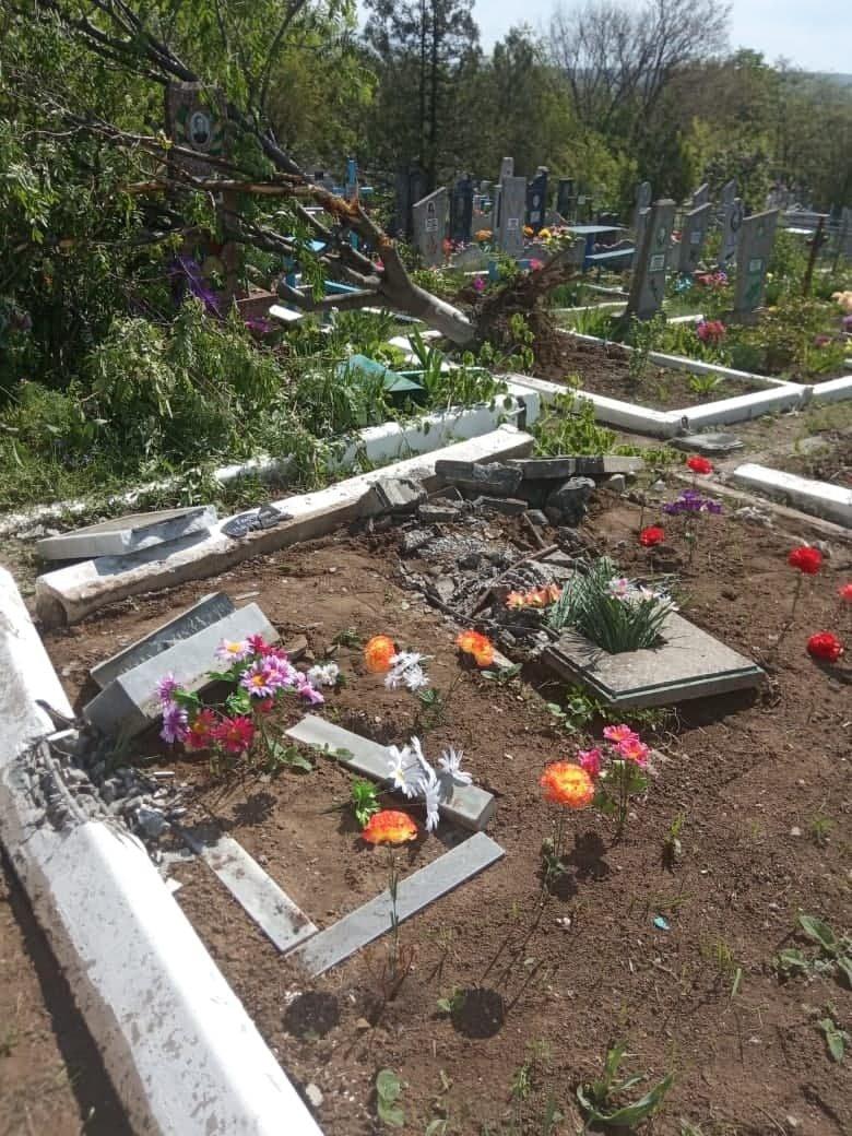 """""""Всюди розкидані фото померлих, все понівечено"""", на Луганщині окупанти каталися кладовищем на танку (ФОТО), фото-1"""