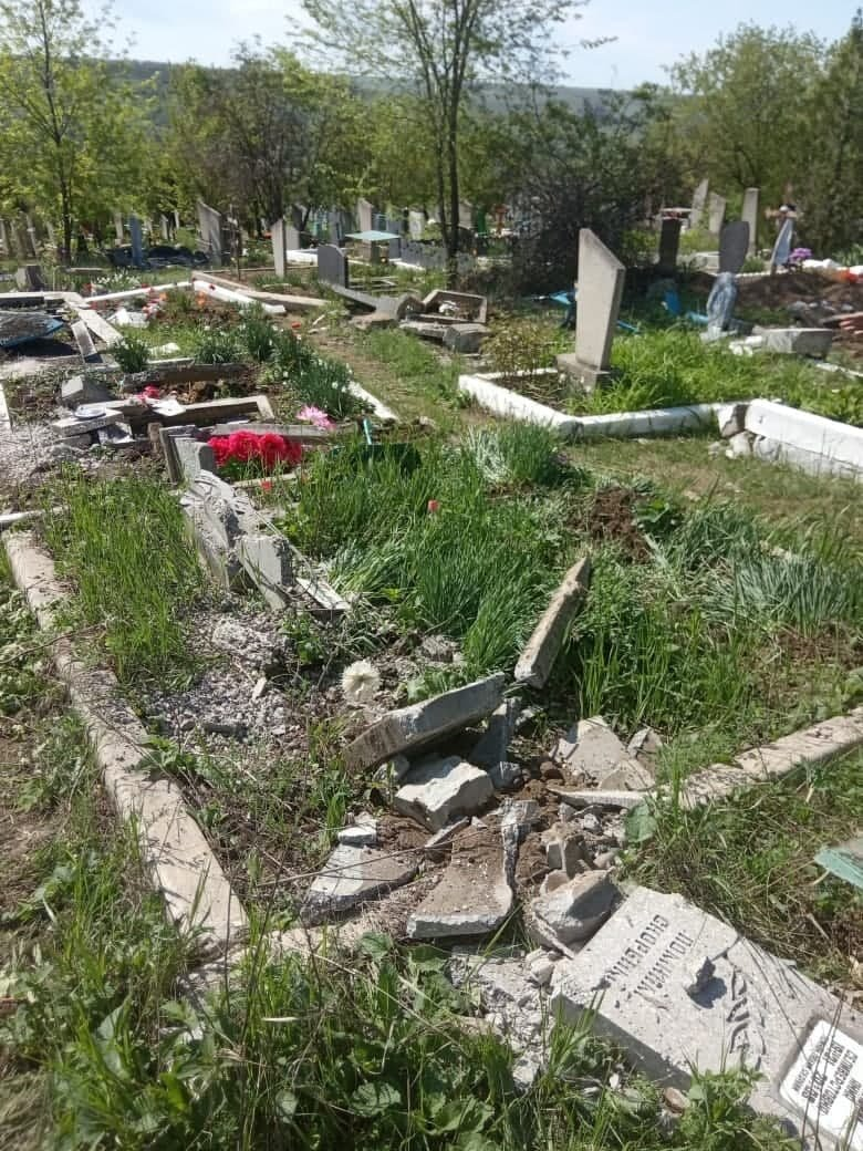 """""""Всюди розкидані фото померлих, все понівечено"""", на Луганщині окупанти каталися кладовищем на танку (ФОТО), фото-2"""