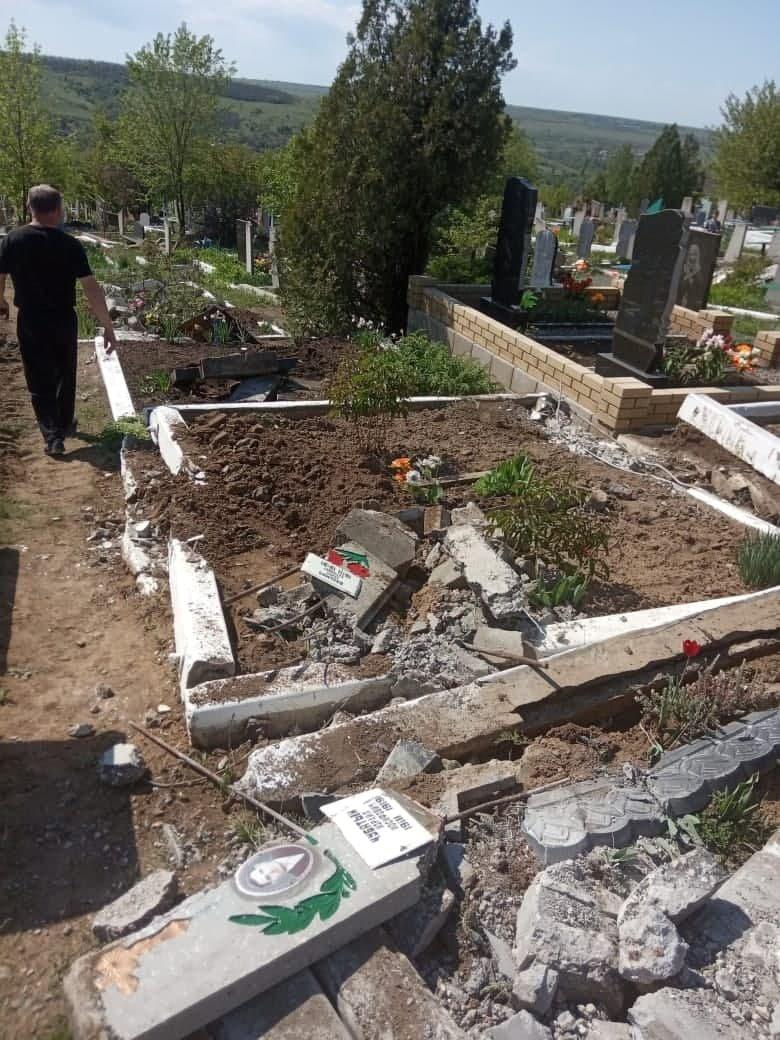 """""""Всюди розкидані фото померлих, все понівечено"""", на Луганщині окупанти каталися кладовищем на танку (ФОТО), фото-3"""