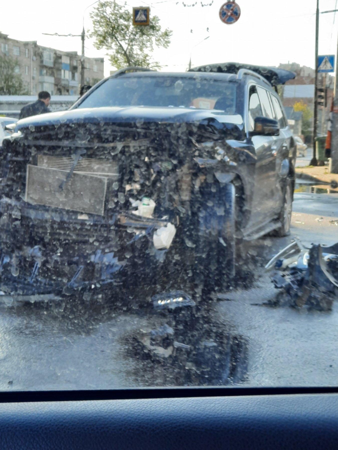 Жахлива ДТП у центрі Тернополя: колосальних ушкоджень зазнав Mercedes Benz GL (ФОТО), фото-1
