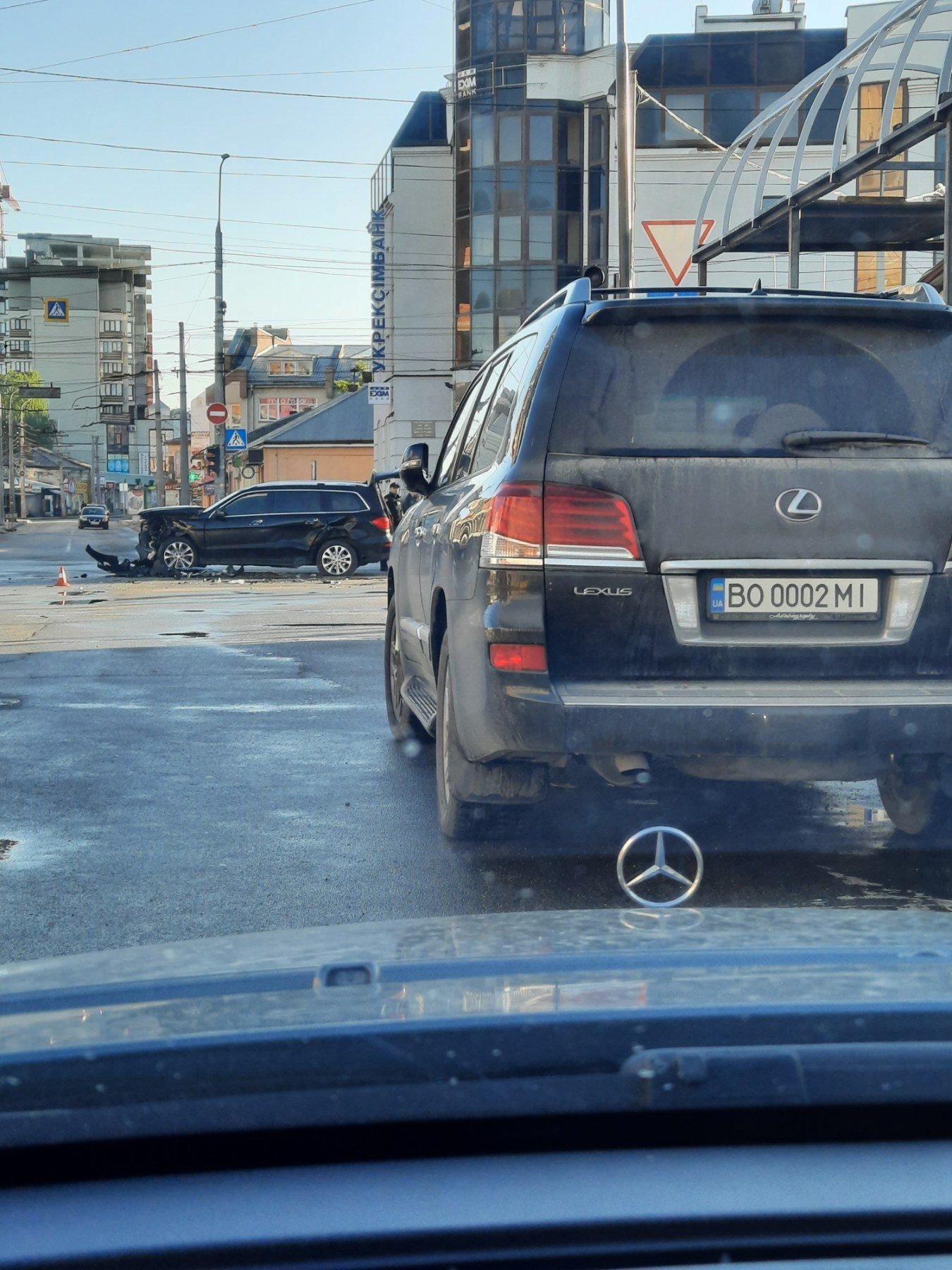 Жахлива ДТП у центрі Тернополя: колосальних ушкоджень зазнав Mercedes Benz GL (ФОТО), фото-3