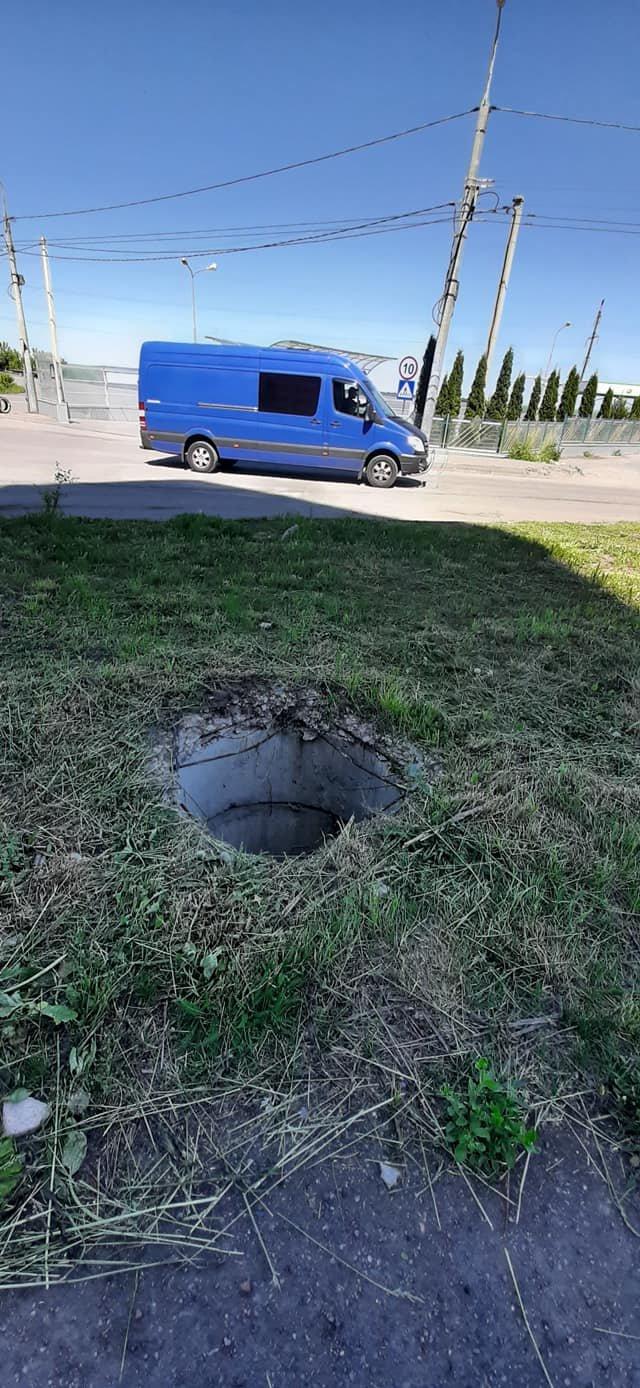 """""""Діра в землі"""": у Тернополі помітили місце, яке становить пряму загрозу для пішоходів (ФОТОФАКТ), фото-2"""