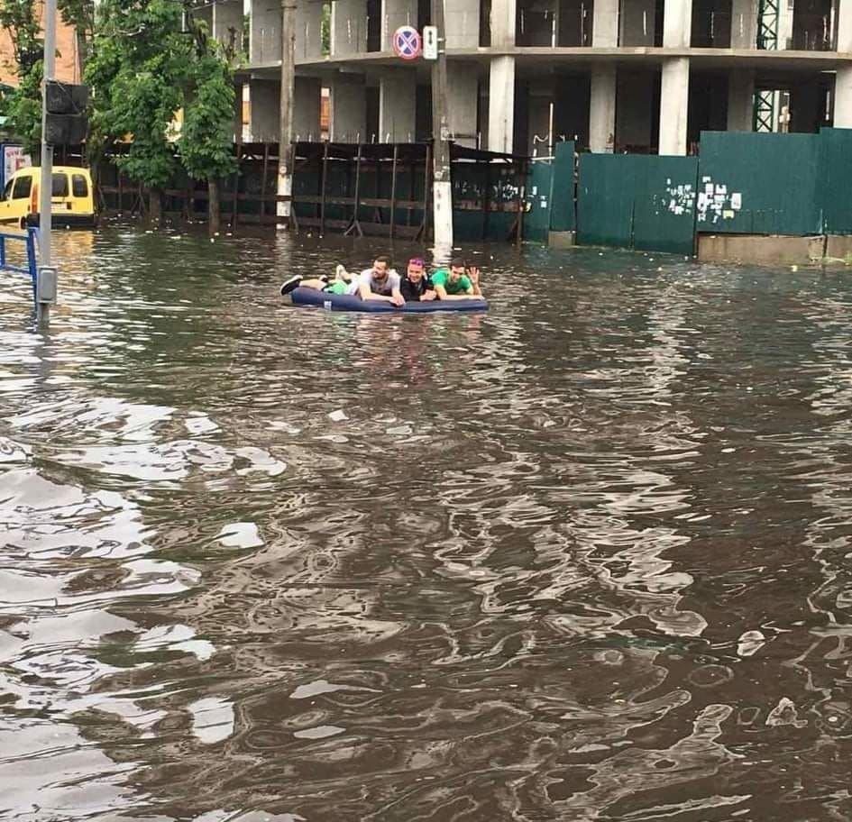 """""""Люди плавають по вулицях на водному мотоциклі і матрацах"""": потужна злива затопила місто (ВІДЕО), фото-1"""