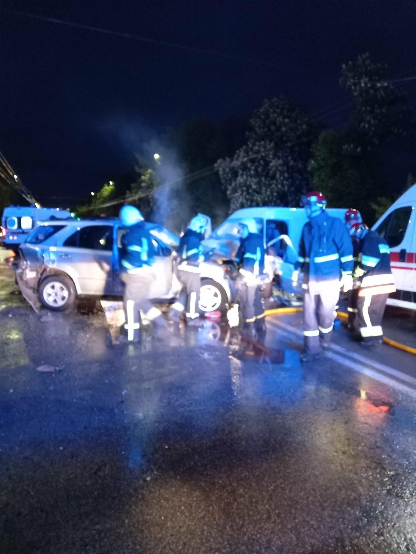 """""""Автомобілі розбиті вщент, постраждали люди"""": поблизу авторинку в Тернополі ДТП (ФОТО), фото-2"""