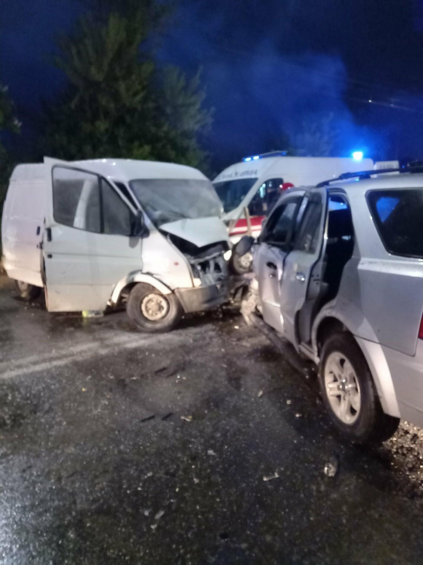 """""""Автомобілі розбиті вщент, постраждали люди"""": поблизу авторинку в Тернополі ДТП (ФОТО), фото-1"""