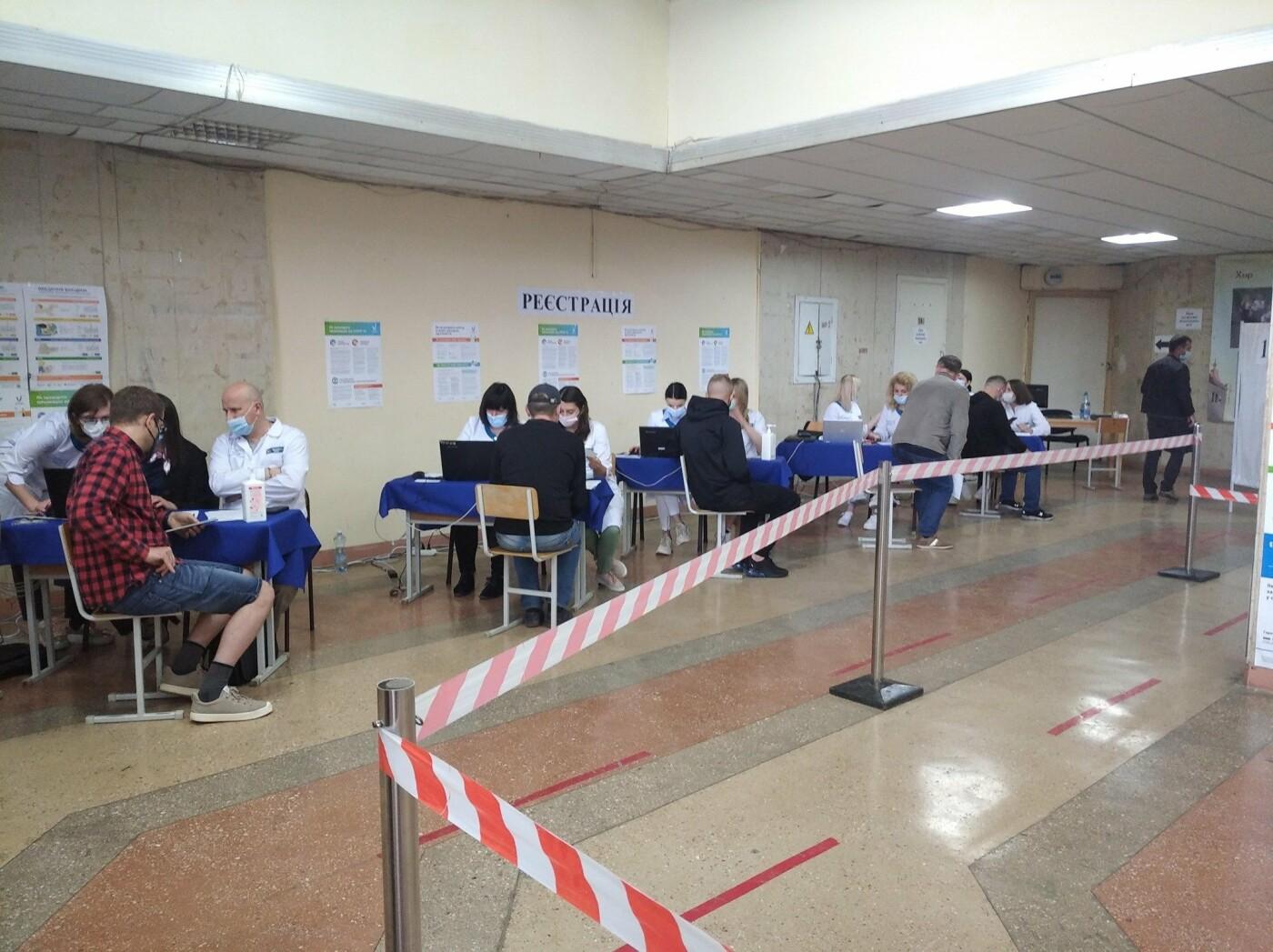"""""""Це початок"""": гігантська черга утворилася біля пункту вакцинації у Тернополі, що відбувається? (ФОТОФАКТ), фото-3"""